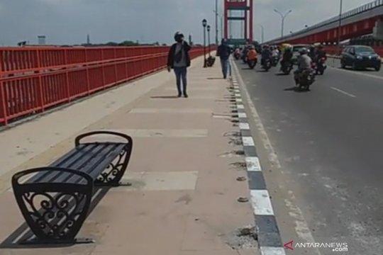 33 bolar pembatas Jembatan Ampera hilang