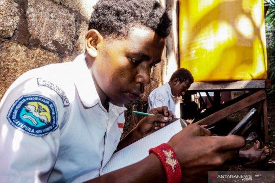 Pelajar di Papua wajib berseragam sekolah saar belajar daring