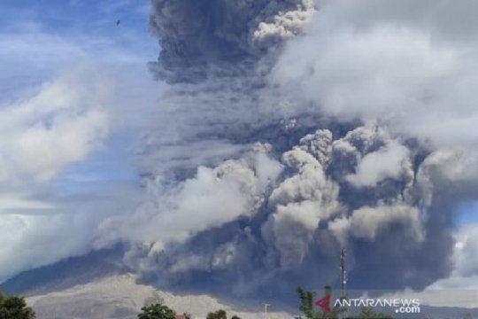 Abu vulkanik letusan Gunung Sinabung sampai ke Langkat