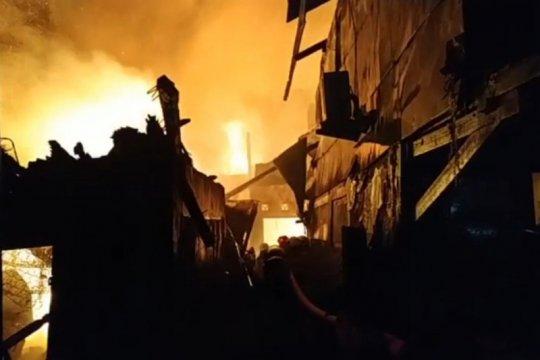 Kebakaran permukiman warga di Jakbar, Damkar kerahkan ratusan personel