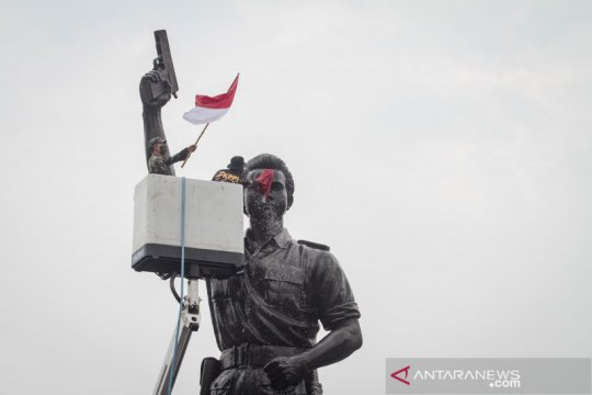 Jelang HUT ke-75 Kemerdekaan RI, TNI dan FKPPI bersihkan patung pahlawan nasional
