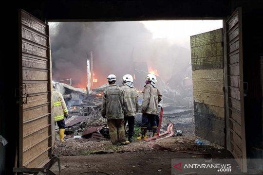Gudang pengoplos cat di Semarang terbakar
