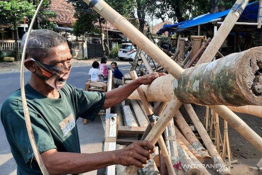 Jelang HUT RI, perajin bambu di Manggarai beralih jual pohon pinang