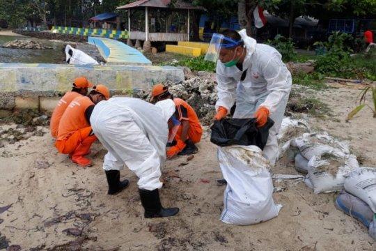 Petugas gabungan kumpulkan 380 karung limbah minyak di Pulau Pari