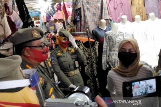 Satpol PP Bandung sanksi warga tak bermasker nyanyikan Hari Merdeka
