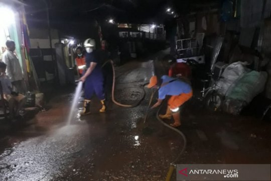Petugas Damkar bersihkan lumpur luapan kali di Pasar Rebo