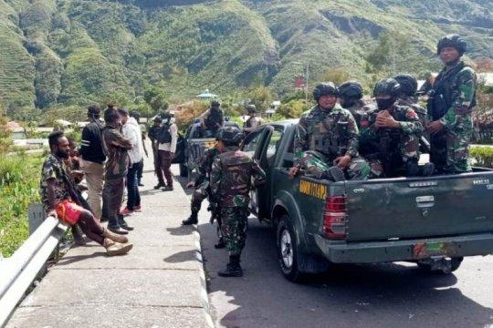 Polisi Puncak Jaya gelar razia dan bagikan bendera ke warga Kota Mulia