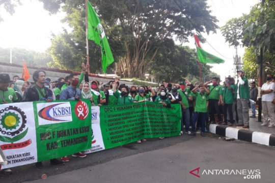 Ratusan buruh unjukrasa di DPRD Temanggung