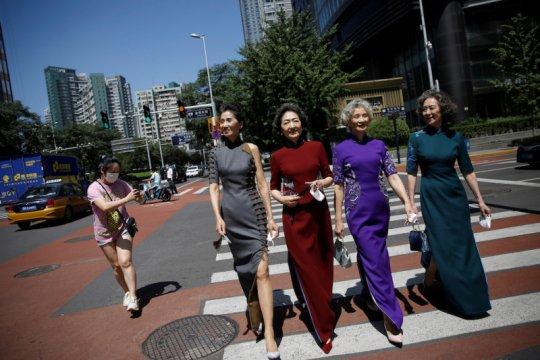 Nenek-nenek modis Beijing melenggang tanpa masker rayakan kebebasan