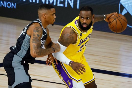 Lakers telan kekalahan di laga terakhir jelang playoff