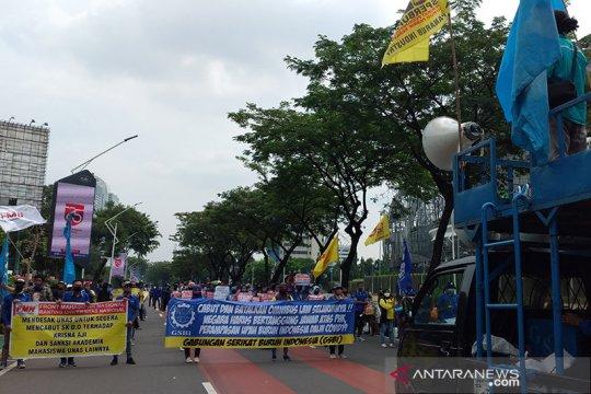 Ratusan orang kembali gelar demonstrasi dekat gedung DPR/MPR