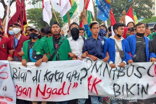 Massa mahasiswa berkumpul dekat Gedung Parlemen