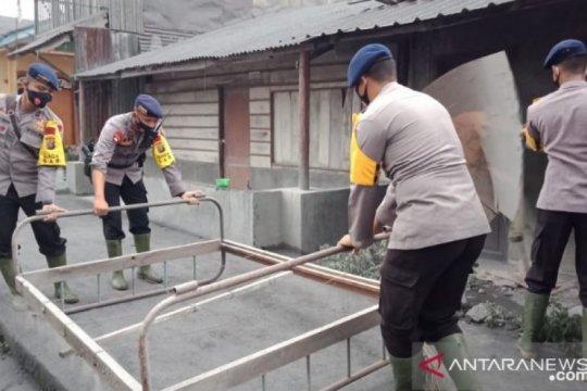 Brimob Polda Sumatera Utara bantu korban letusan Gunung Sinabung