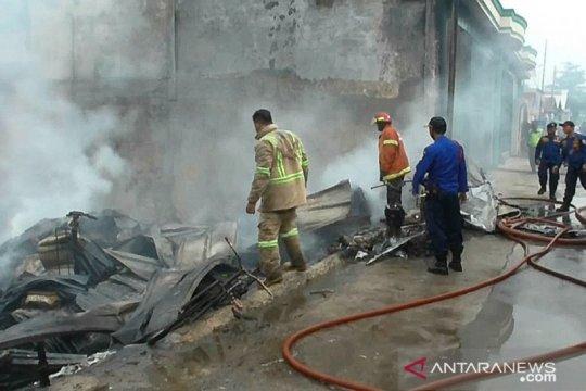 Tiga mobil Damkar Bekasi padamkan api di gudang limbah