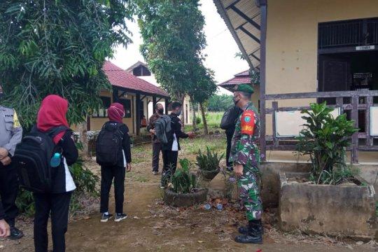 Koramil Sanggau Ledo ikut dampingi sekolah tatap muka di perbatasan