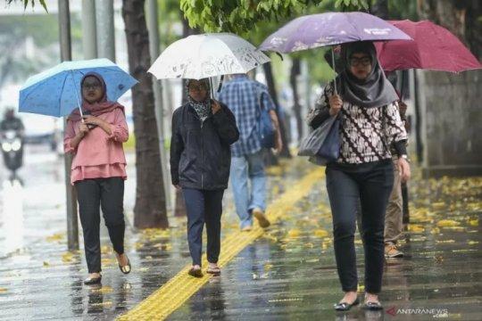 BMKG ingatkan waspada hujan disertai angin di tiga wilayah Jakarta