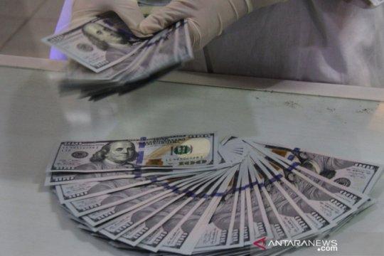 Dolar AS sedikit melemah di tengah data ekonomi, lonjakan kasus virus