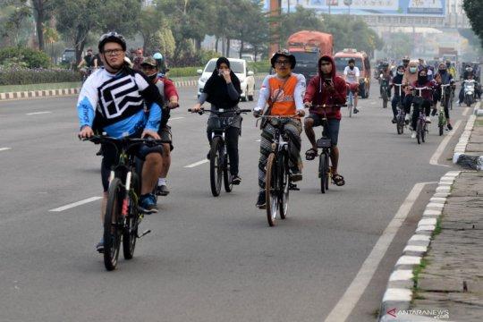 Bagaimana sebaiknya pengemudi mobil-motor hadapi pesepeda jalan raya?