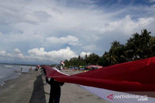 Pemuda Papua bentangkan bendera Merah Putih sepanjang satu kilo meter