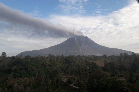 Gunung Sinabung masih semburkan debu vulkanik