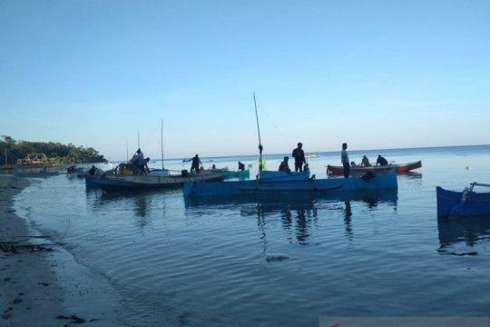 Ratusan nelayan membantu pencarian korban nelayan jatuh ke laut