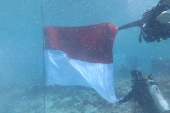 17 penyelam kibarkan bendera Merah Putih di laut Pulau Bando Sumbar