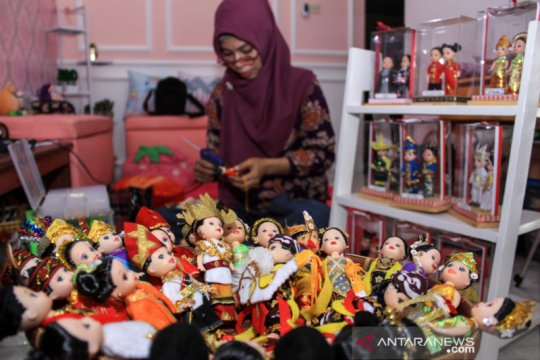 Kerajinan miniatur boneka adat nusantara