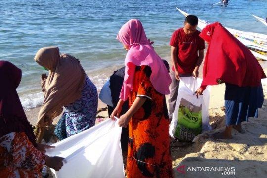 Warga Pulau Kodingareng gelar aksi bersih pantai jelang HUT RI