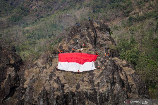 Pengibaran Bendera Merah Putih di atas Bukit Sepilkul