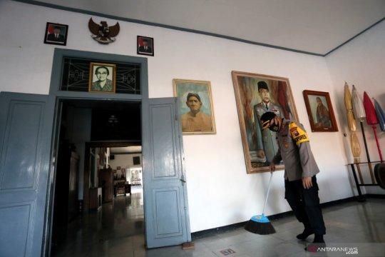 Polisi bersihkan makam Presiden Soekarno dan Museum Istana Gebang