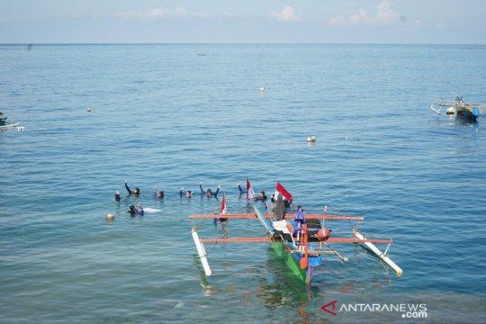 20 penyelam bentangkan Merah Putih di bawah laut Botubarani
