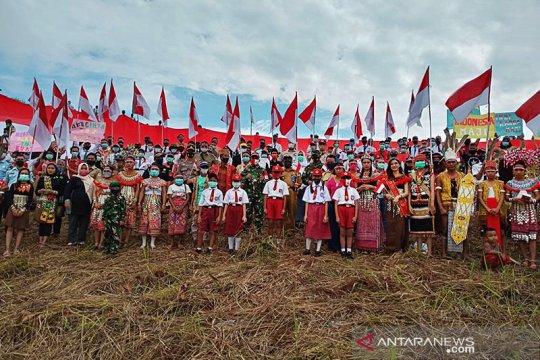 Bendera merah putih raksasa dikibarkan di batas Indonesia-Malaysia