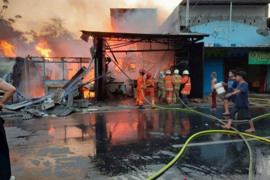 Empat bangunan tempat usaha terbakar di dekat TPU Pondok Kelapa