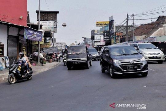 Kendaraan mengular di kawasan Lembang hari pertama libur panjang