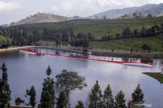 Kopassus bentangkan kain merah putih ukuran raksasa di Puncak Bogor