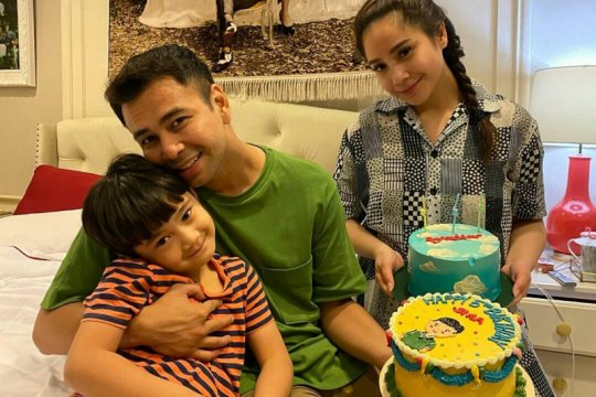 Raffi Ahmad divaksin, Nagita Slavina ajak Rafathar nonton bareng