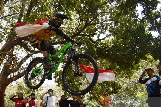 Komunitas atlet downhill rayakan HUT Kemerdekaan RI
