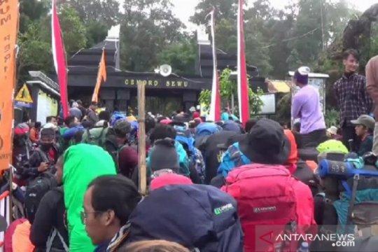 Di Puncak Lawu, ribuan pendaki peringati HUT ke-75 Kemerdekaan RI