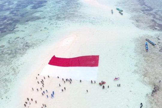 Prajurit Lantamal VIII bentangkan Merah Putih di Pasir Timbul Nain