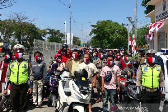 Pengendara berhenti sebelum lintasi Suramadu di detik-detik Proklamasi
