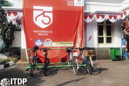 Museum Perumusan Naskah Proklamasi terima bantuan rak parkir sepeda