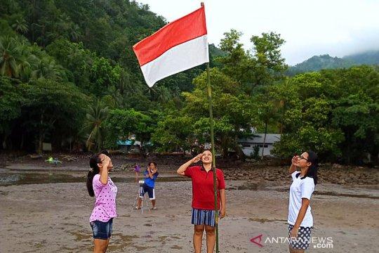 Pemuda di Kepulauan Sangihe kibarkan bendera merah putih di pantai
