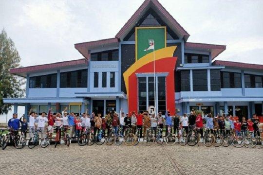 Pemuda Bengkalis gowes 17 kilometer pakai sepeda tua saat HUT RI