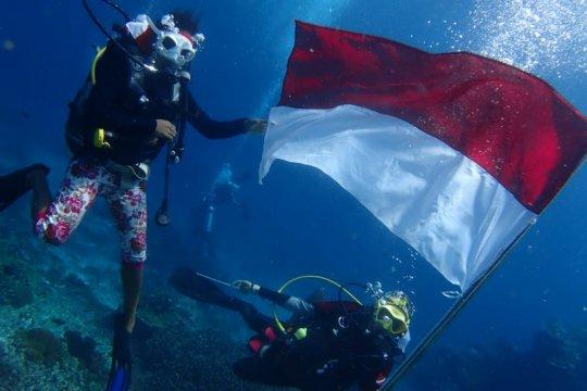 Penyelam wanita di Raja Ampat kibarkan bendera di bawah laut