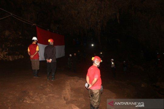 Pelaku wisata di Gunung Kidul gelar upacara HUT RI di Gua Jlamprong