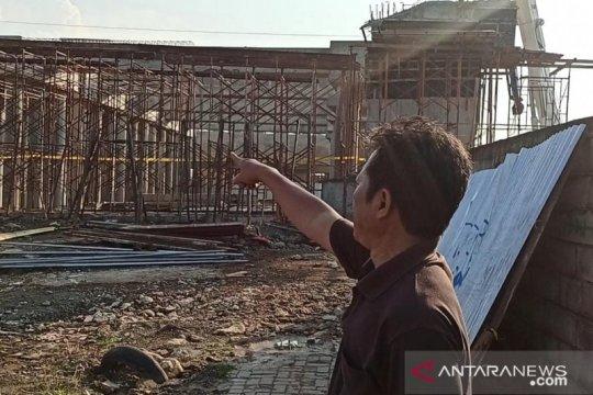 Warga sebut proyek konstruksi ambruk baru dikerjakan dua bulan