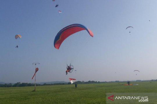 Delapan pilot paramotor kibarkan bendera di ketinggian 2.020 meter