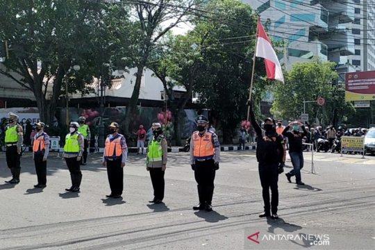 Pengendara di Bandung berhenti sejenak di jalan sambut Indonesia Raya