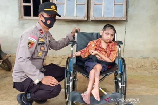 Polsek di perbatasan beri bantuan kursi roda ke warga yang membutuhkan