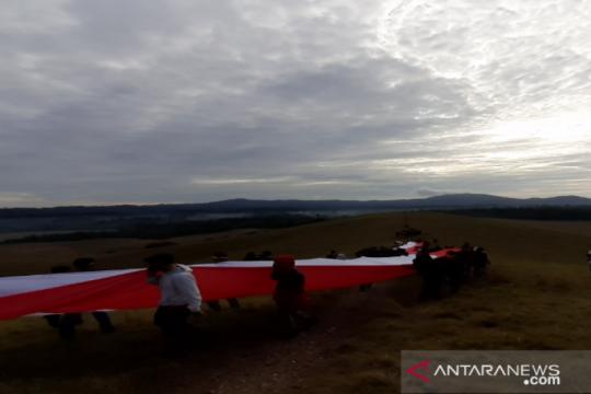 Merah Putih sepanjang 75 meter dibentangkan di Bukit Modus TN Rawa Opa